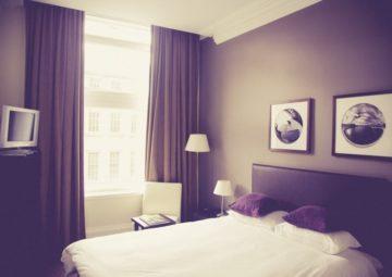 bedroom-in-hotel